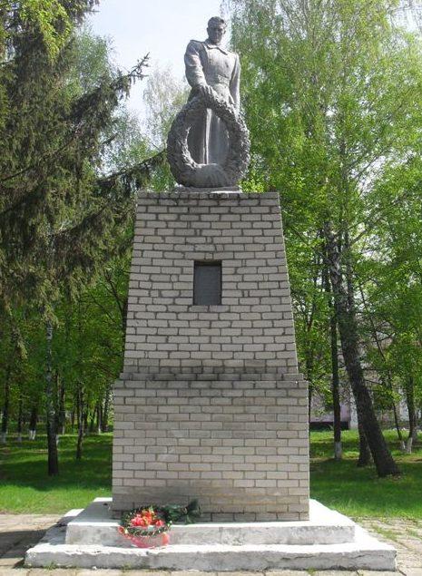 с. Шевченково Глуховского р-на. Памятник, установленный на братской могиле советских воинов.