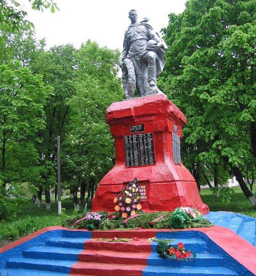 п. Эсмань Глуховского р-на. Памятник погибшим воинам-землякам, установленный в 1956 году.