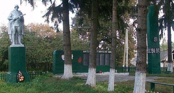 с. Ястребщина Глуховского р-на. Памятник погибшим воинам-землякам, установленный в 1984 году.