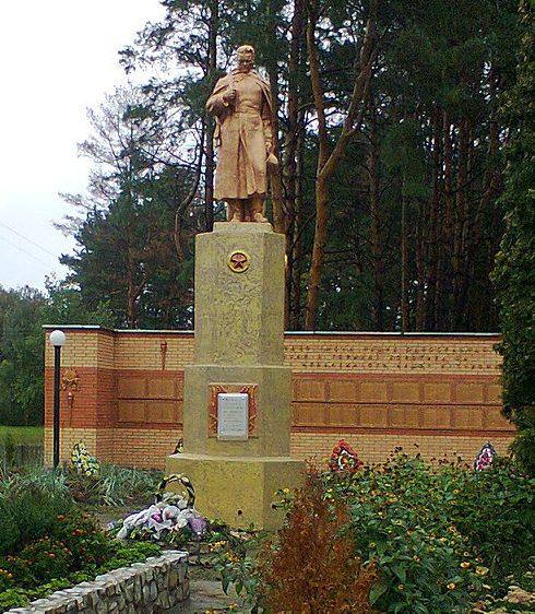 с. Бочки Конотопского р-на. Памятник, установленный на братской могиле советских воинов и памятный знак воинам-землякам, погибшим в годы войны.