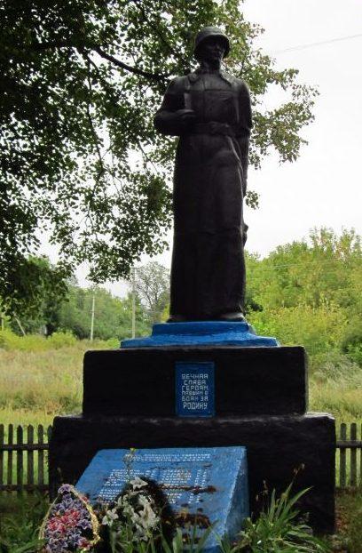 с. Байрак Лебединского р-на. Памятник советским воинам и погибшим землякам.