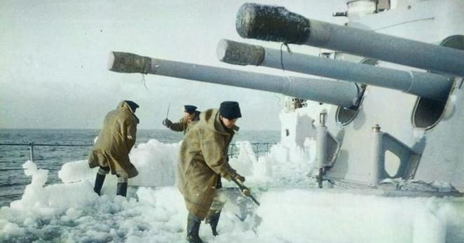 Уборка снега с корабля во время Арктического конвоя. 1943 г.