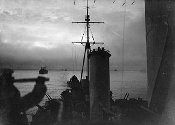 Вид с крейсера HMS «Sheffield», идущего в составе конвоя через воды Северного Ледовитого океана. 1943 г.