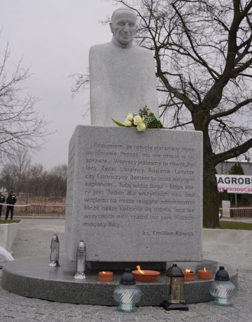 Памятник украинскому греко-католическому священнику Емельяну Ковчу.