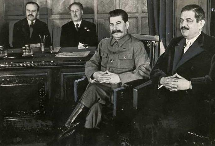 Молотов, Сталин и министр иностранных дел Франции Пьер Лаваль после подписания пакта. 15 мая 1935 г.