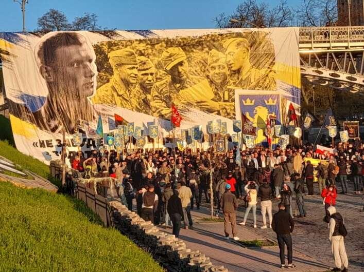 Участники неонацистского марша в Киеве.