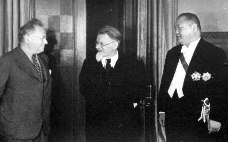 ММ Литвинов, М.И. Калинин и посол Китая Янь Цзе.
