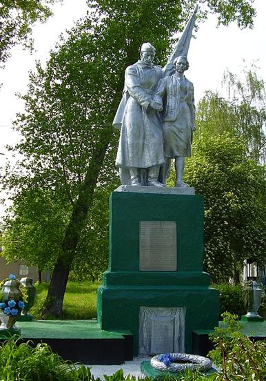с. Чернево Глуховского р-на. Памятник возле школы, установленный в 1980 году на братской могиле советских воинов и партизан.