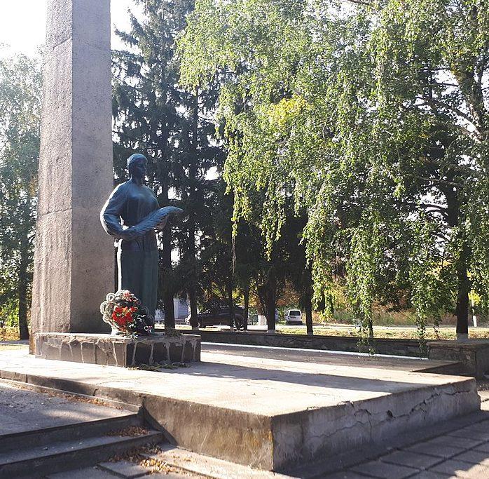 с. Анастасовка Роменского р-на. Памятник, установленный на братских могилах советских воинов. Здесь же похоронен Герой Советского Союза Зеленко К.И.