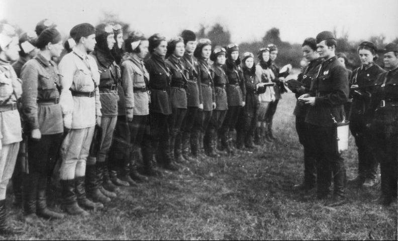 Командир женского авиаполка Е.Д. Бершанская ставит боевую задачу своим летчицам. 1942 г.