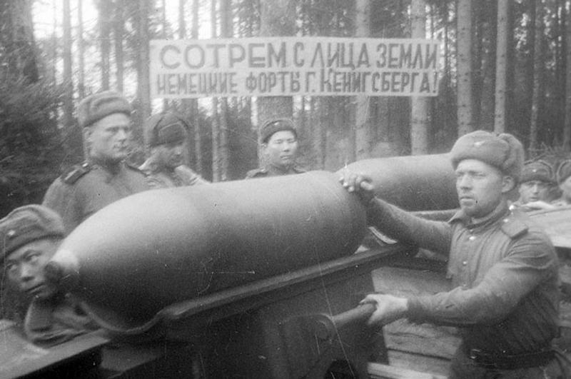 280-мм мортира (БР-5) обстреливает Кёнигсберг.