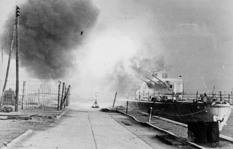 Немецкий легкий крейсер «Лейпциг» ведет огонь по наступающим советским войскам.