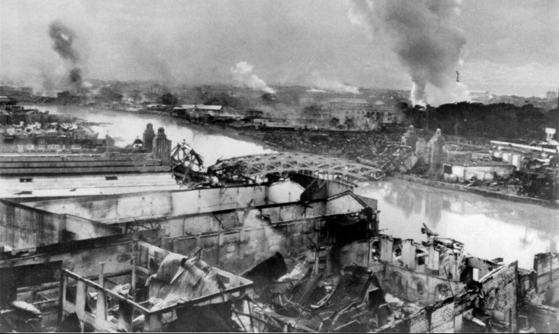 Вид на руины и пожары в районе «Куин сити» в Маниле. Февраль 1945 г.