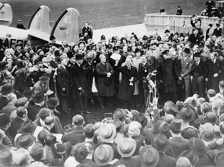 Чемберлен показывает декларацию на аэродроме Хестон.