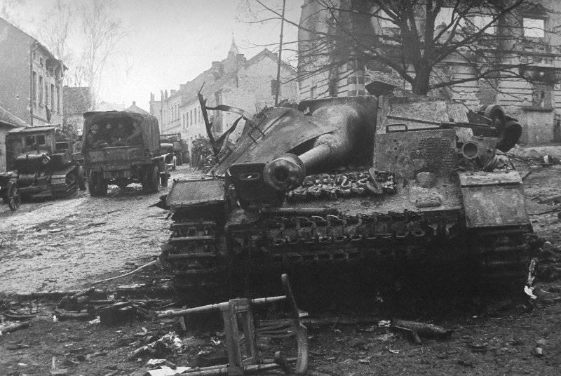 Разбитое немецкое штурмовое орудие StuG на улицах города Алленштайн.
