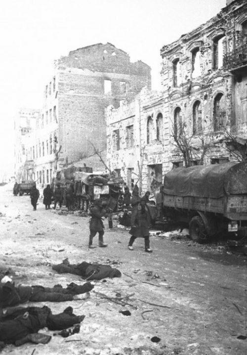Красноармейцы входят в город. 14 декабря 1943 г.