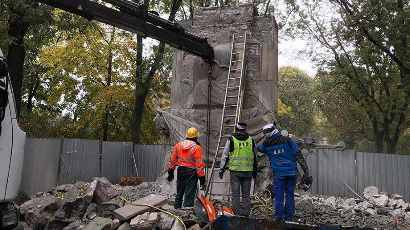 Процесс снесения памятника.