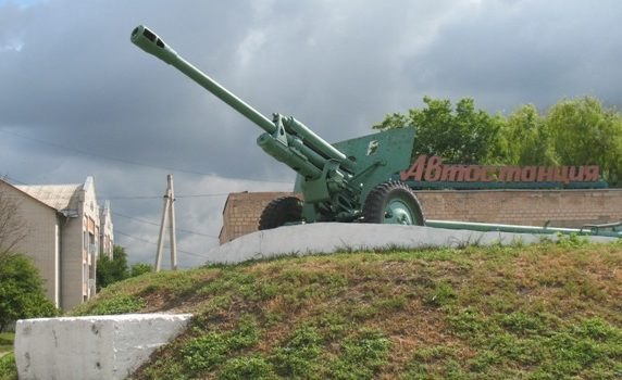 п. Варва. Памятник-пушка воинам-освободителям.
