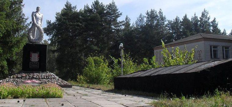 с. Бишкинь Лебединского р-на. Памятник возле школы, установленный на братской могиле советских воинов, среди которых похоронен Герой Советского Союза Сергеев А.Н.