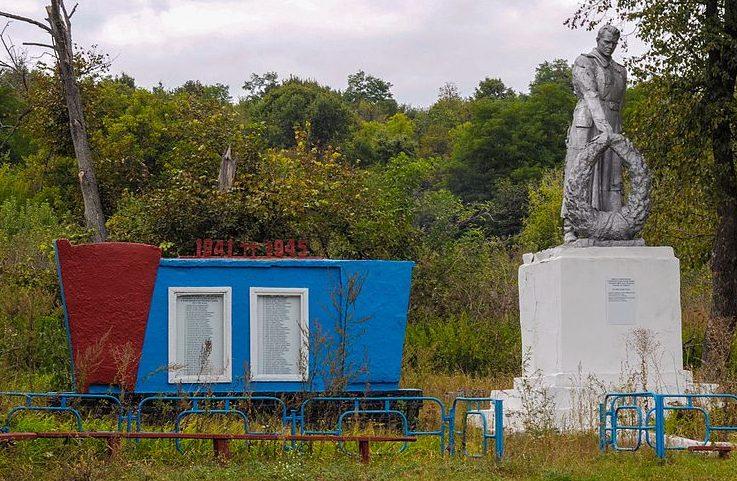 с. Боброво Лебединского р-на. Братская могила советских воинов и памятник воинам-землякам.