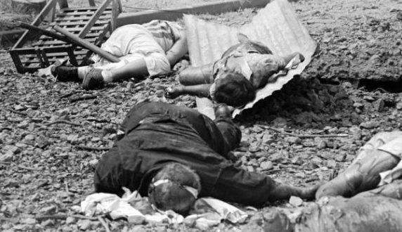 Тела филиппинских стариков, женщин и детей, убитых японскими солдатами.