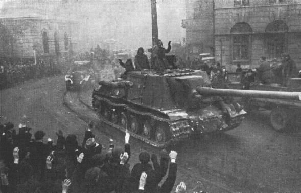 Советские войска в освобождённом городе Лодзь.