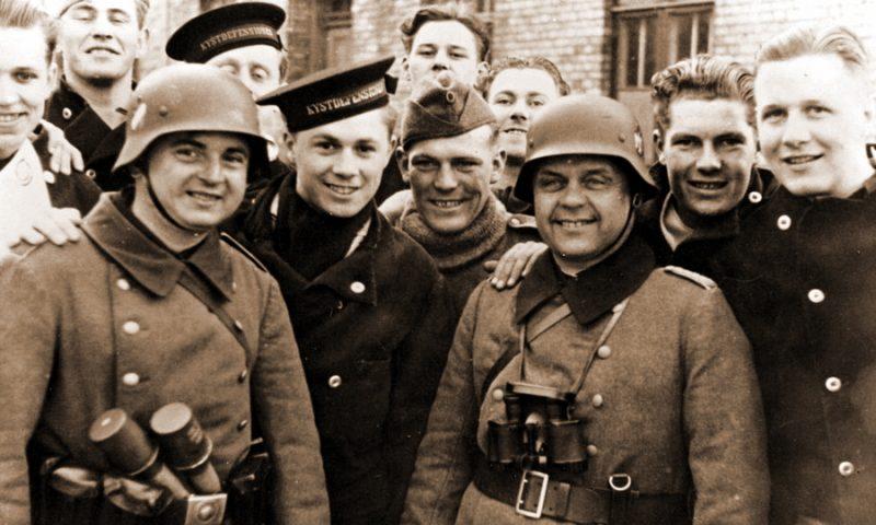 Солдаты Вермахта с датскими матросами на улицах Копенгагена. Апрель 1940 г.