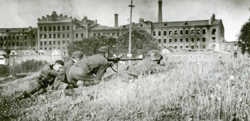 Немецкие солдаты в бою за Ярцево. Июль 1941 г.