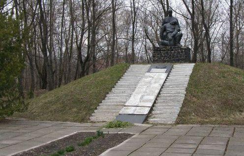 г. Батурин Бахмачского р-на. Курган Славы, установленный в 1975 году в честь погибших горожан. Скульпторы - Г. Хусид, А.И. Коломиец.