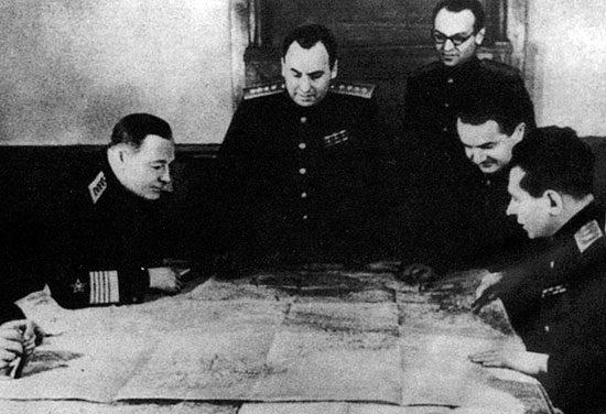 Начальник Генерального штаба А.И. Антонов с участниками военной делегации на Ялтинской конференции. Февраль 1945 г.