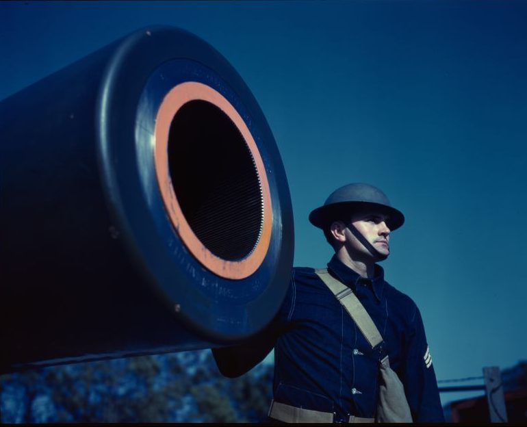 Американский солдат у 406-мм берегового орудия Форта Стори в штате Виргиния. Март 1942 г.