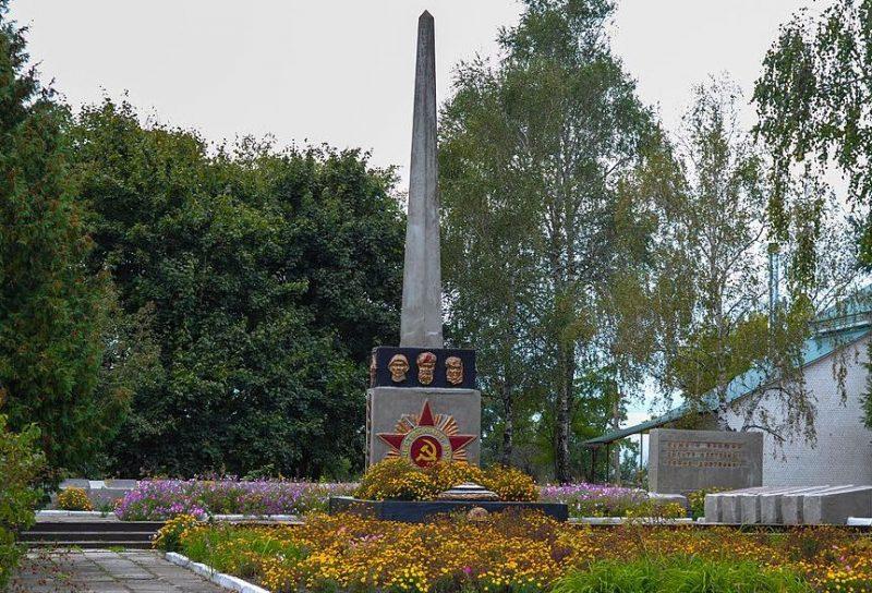 с. Будилка Лебединского р-на. Памятник, установленный на братской могиле советских воинов и партизан, а также памятный знак воинам-землякам.