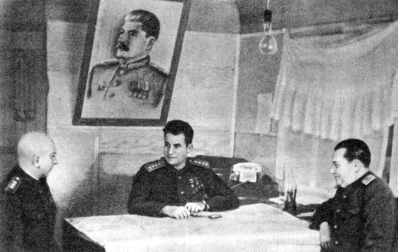 Командование 3-го Белорусского фронта в штабе. Слева на право: начальник штаба А.П. Покровский, командующий фронтом И.Д. Черняховский, член Военного совета В.Е. Макаров.