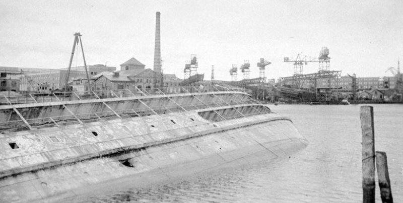 Немецкий транспорт, потопленный советскими войсками, в порту Эльбинга.