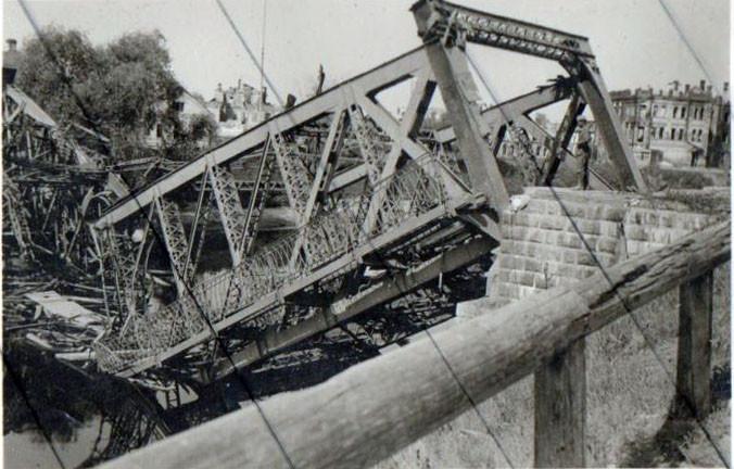 Взорванный мост при отступлении Красной Армии. 1941 г.
