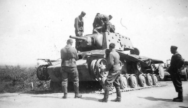Немецкие солдаты у советского танка КВ-1, подбитого в районе Ярцево. Июль 1941 г.