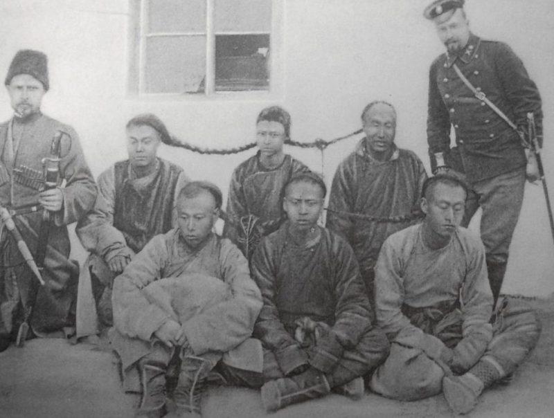 Чины Охранной стражи КВЖД с группой арестованных хунхузов. Маньчжурия.