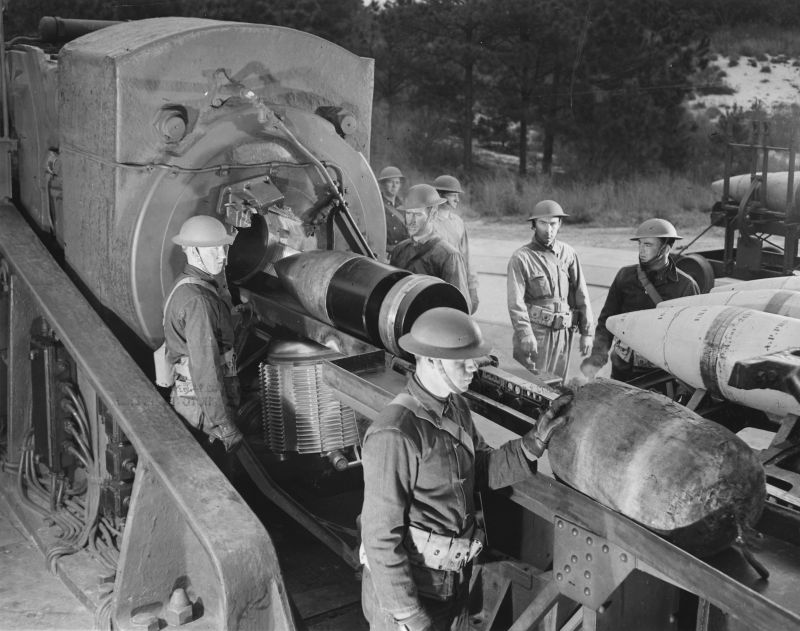 Артиллеристы заряжают 406-мм пушку береговой батареи форта Стори. Март 1942 г.