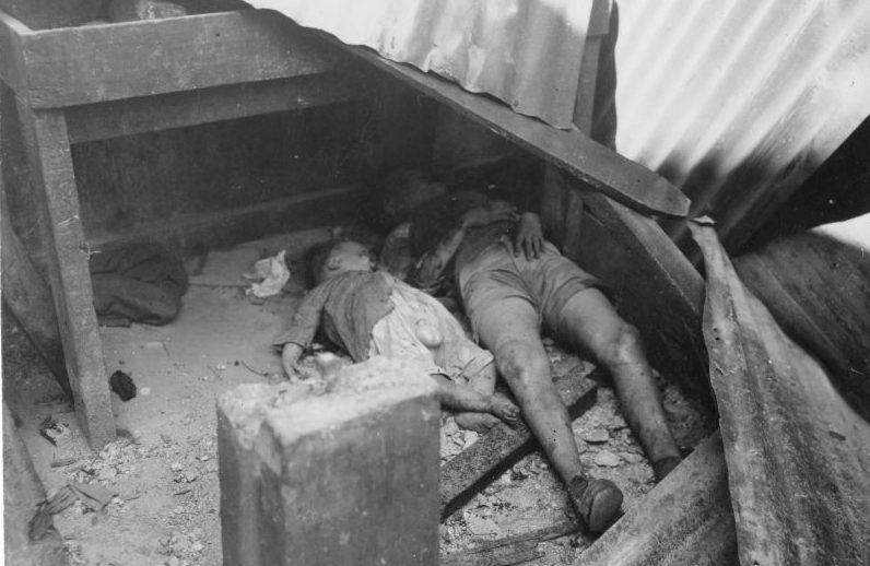 Филиппинские дети, убитые японскими солдатами при отступлении из Манилы.