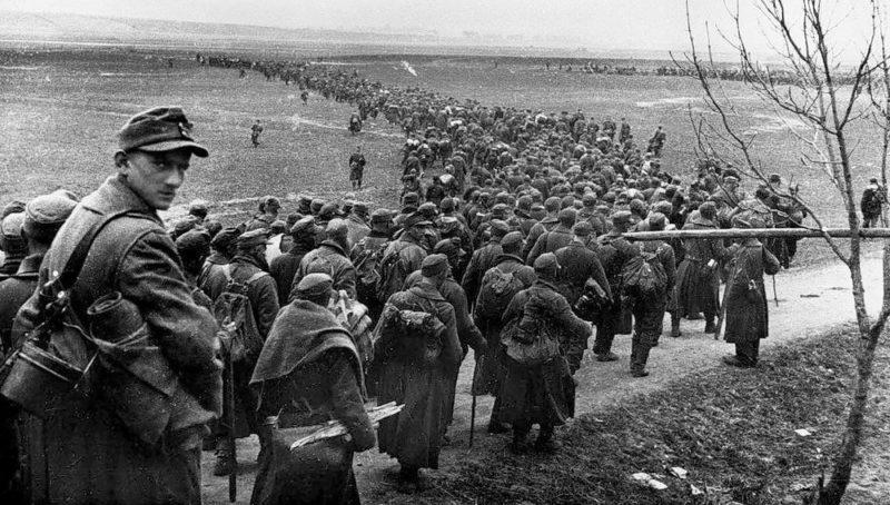 Колонны плененных немцев в Кёнигсберге.