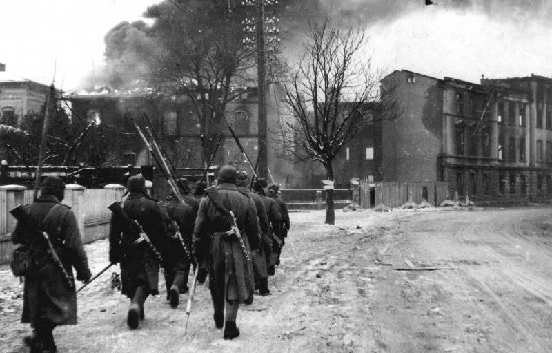 Советские саперы идут по улице горящего Инстербурга.