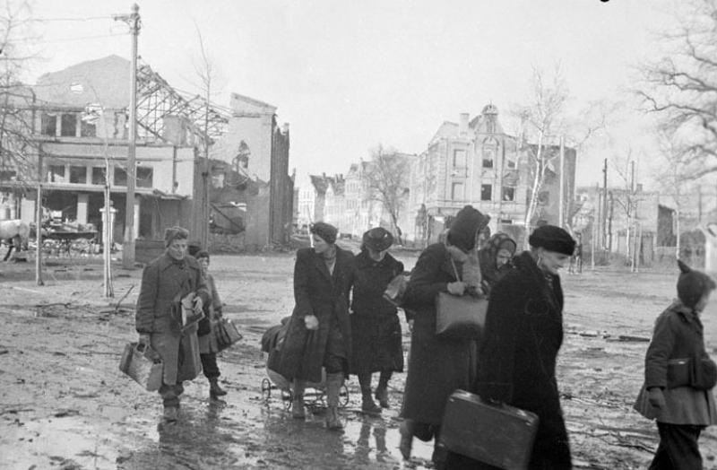 Жители Эльбинга возвращаются в город после окончания боевых действий.