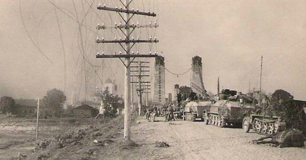 Немецкие войска у цепного моста через реку Великую. 1941 г.