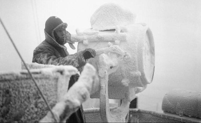 Обледенение на 20-дюймовом сигнальном прожекторе крейсера HMS «Sheffield», входящего в состав эскорта арктического конвоя в Советский Союз. Декабрь 1941 г.