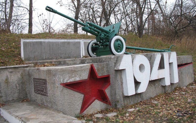 г. Батурин Бахмачского р-на. Памятный знак воинам - защитникам города.