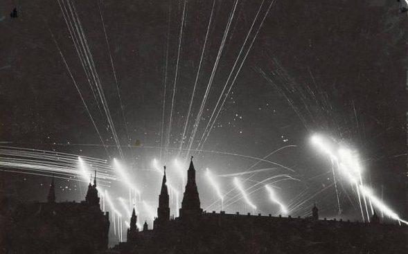 Зенитные прожектора в ночном небе столицы.