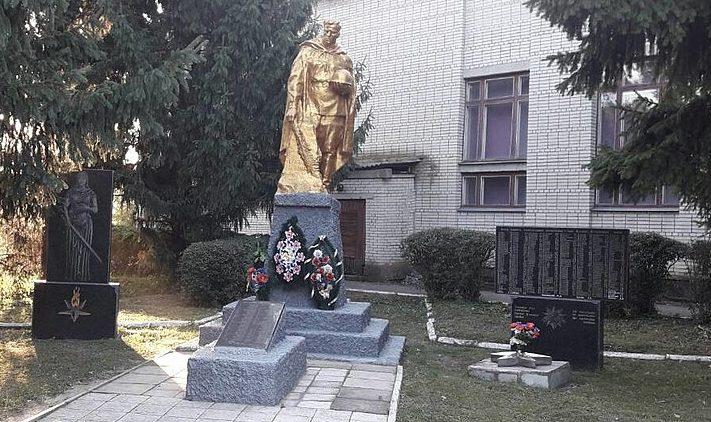 с. Васильевка Лебединского р-на. Памятник возле школы, установленный на братской могиле советских воинов, партизан и стела воинам-землякам.