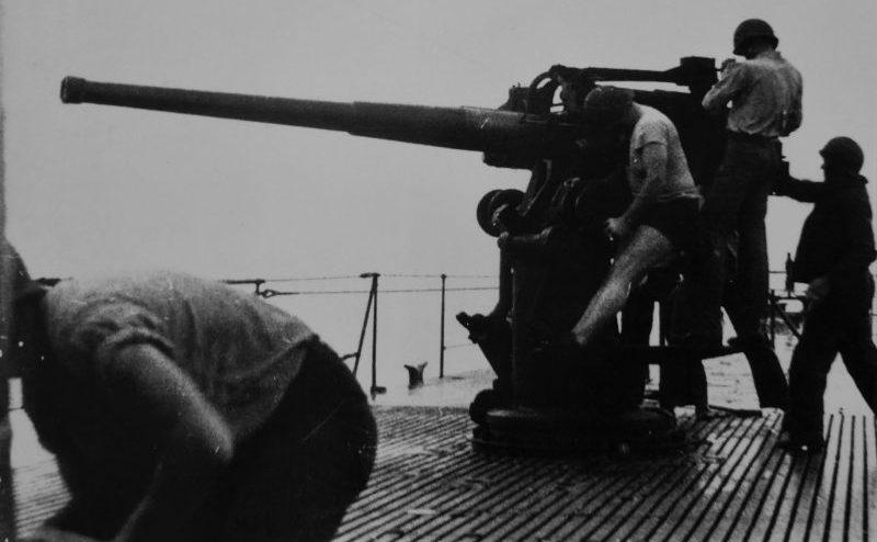 Артиллеристы подводной лодки «Силверсайдс» у 102-мм палубного орудия. Октябрь 1942 г.