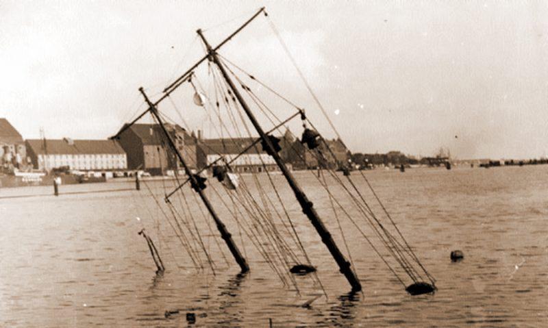 От затопленного у причала миноносца «Нордкаперен» на поверхности остались только макушки мачт.