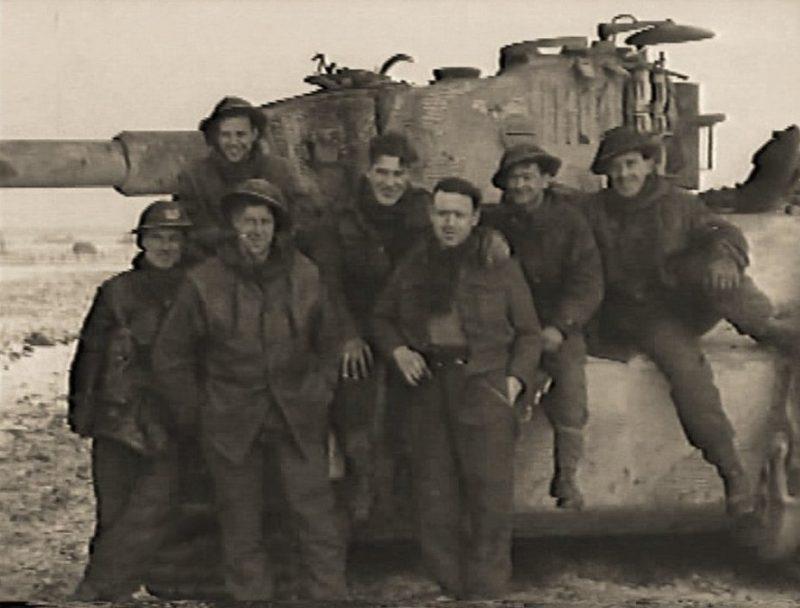 Британские солдаты возле уничтоженного «Тигра».